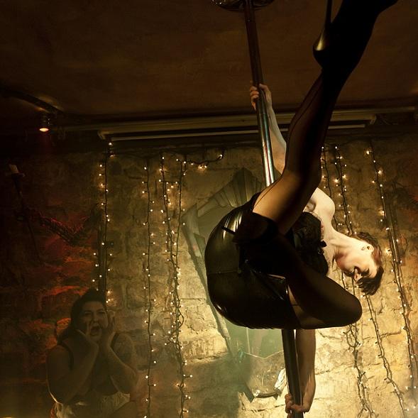 un bar de valencia ofrece striptease y peleas de barro con el menú